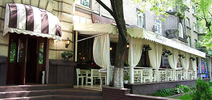 Сет мясных стейков и вино в итальянском ресторане «Примавера»